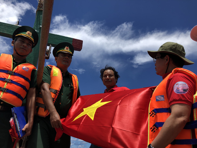 Trao cờ Tổ quốc cho ngư dân giữa trùng khơi ở Phú Quốc - Ảnh 3.