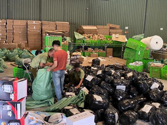 CLIP: Đột kích kho hàng lậu hơn 100.000 sản phẩm do người Trung Quốc đứng đầu - Ảnh 4.