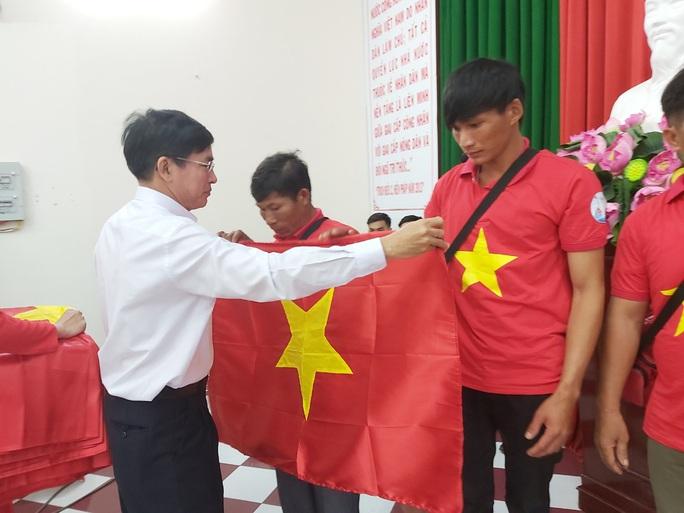 Tiếp tục trao 1.000 lá cờ Tổ quốc cho ngư dân Phú Quốc - Ảnh 9.