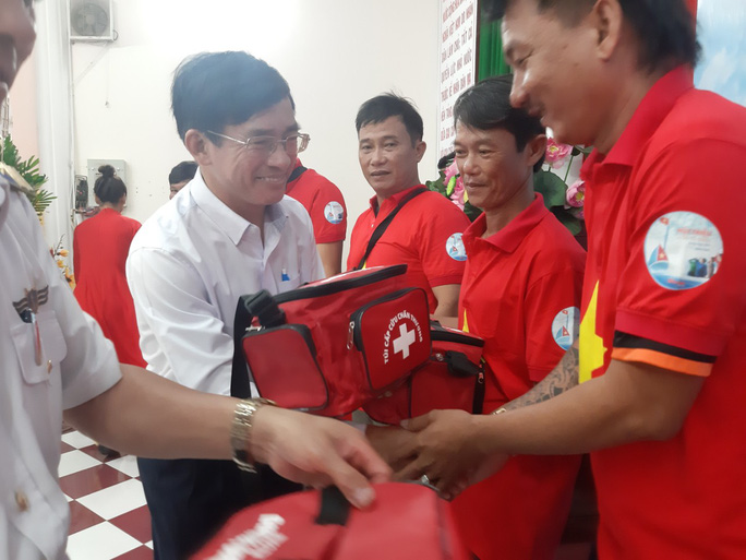 Tiếp tục trao 1.000 lá cờ Tổ quốc cho ngư dân Phú Quốc - Ảnh 10.