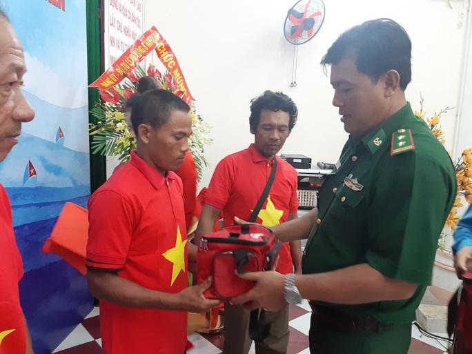 Tiếp tục trao 1.000 lá cờ Tổ quốc cho ngư dân Phú Quốc - Ảnh 11.