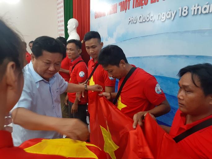Tiếp tục trao 1.000 lá cờ Tổ quốc cho ngư dân Phú Quốc - Ảnh 7.