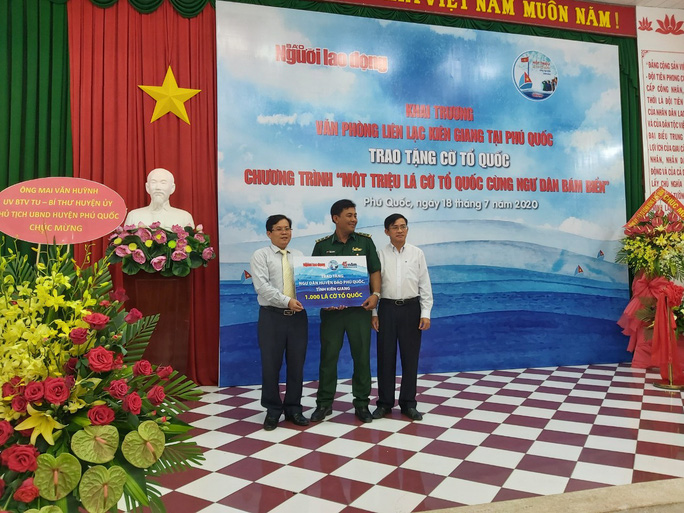Tiếp tục trao 1.000 lá cờ Tổ quốc cho ngư dân Phú Quốc - Ảnh 3.