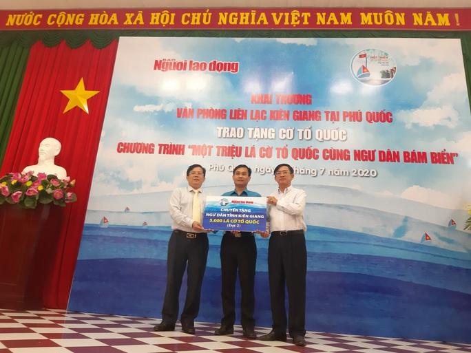 Tiếp tục trao 1.000 lá cờ Tổ quốc cho ngư dân Phú Quốc - Ảnh 4.