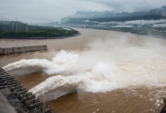Nỗi lo nối dài bởi nước lũ trên sông Dương Tử, đập Tam Hiệp mở 3 cửa xả - Ảnh 1.