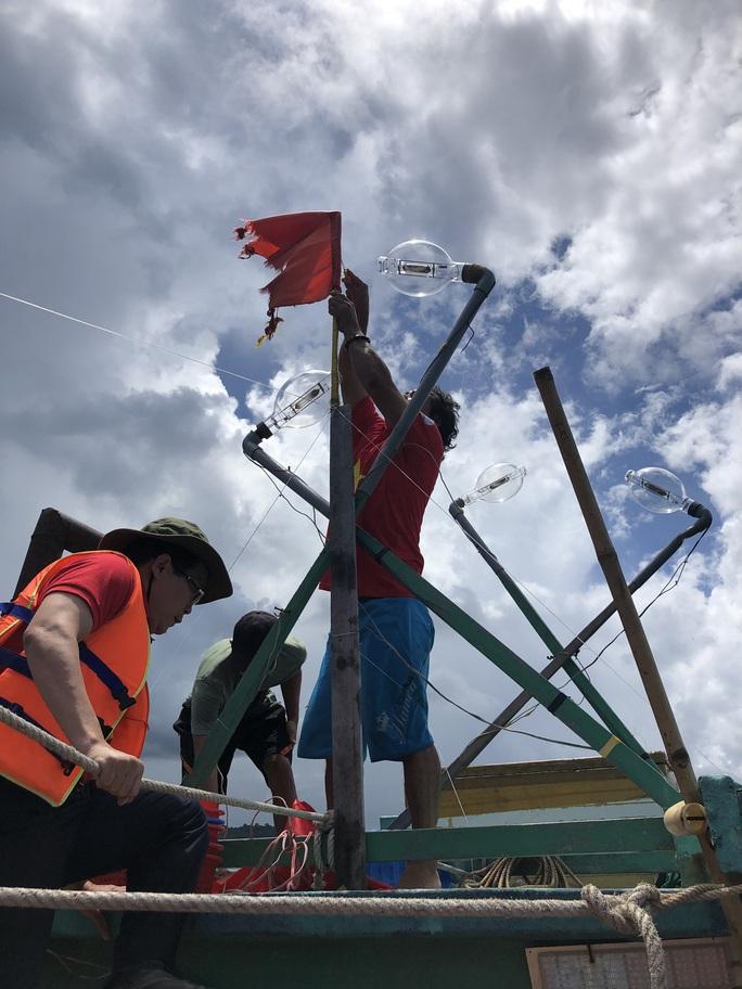 Trao cờ Tổ quốc cho ngư dân giữa trùng khơi ở Phú Quốc - Ảnh 2.