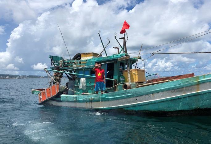 Trao cờ Tổ quốc cho ngư dân giữa trùng khơi ở Phú Quốc - Ảnh 7.