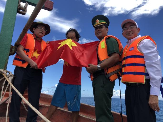 Trao cờ Tổ quốc cho ngư dân giữa trùng khơi ở Phú Quốc - Ảnh 4.