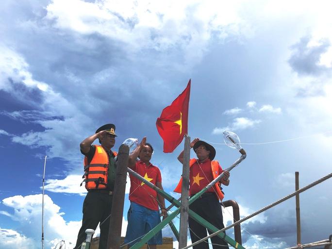 Trao cờ Tổ quốc cho ngư dân giữa trùng khơi ở Phú Quốc - Ảnh 5.