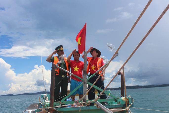 Trao cờ Tổ quốc cho ngư dân giữa trùng khơi ở Phú Quốc - Ảnh 6.
