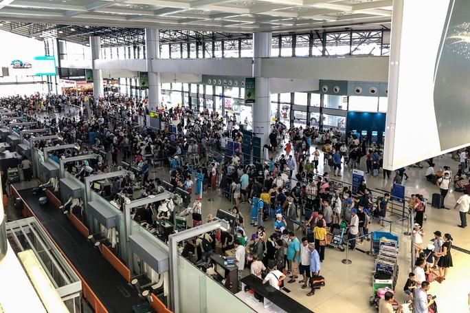 CLIP: Hành khách đông nghẹt, vật vờ chờ  đợi ở sân bay Nội Bài trong mùa du lịch - Ảnh 2.