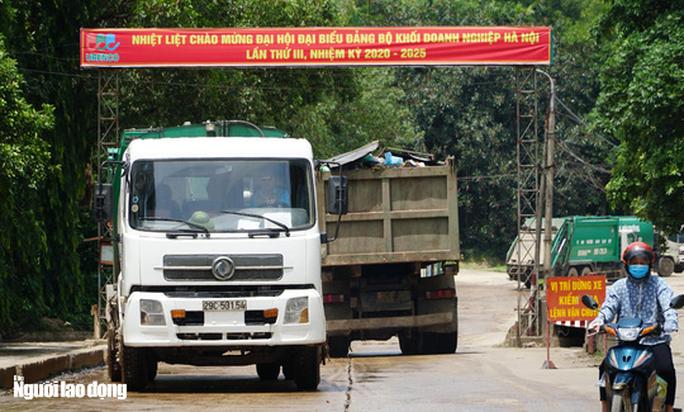CLIP: Xe chở rác hoạt động xuyên màn đêm để giải cứu Hà Nội khỏi ùn ứ rác thải - Ảnh 3.