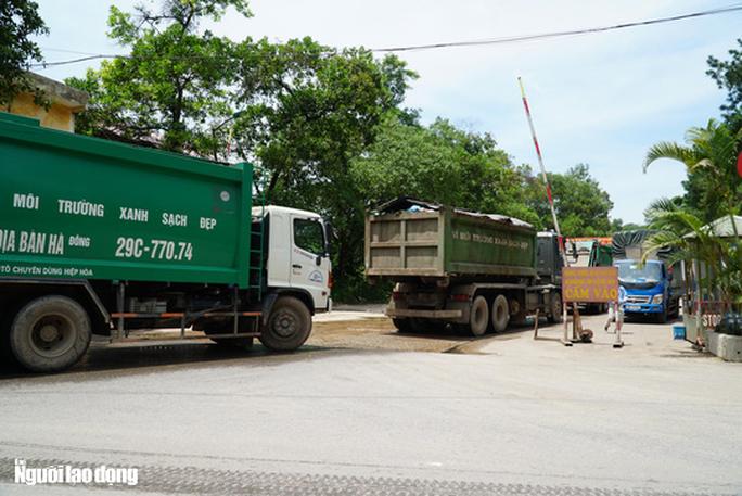 CLIP: Xe chở rác hoạt động xuyên màn đêm để giải cứu Hà Nội khỏi ùn ứ rác thải - Ảnh 4.