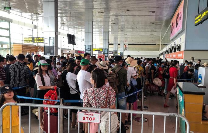 CLIP: Hành khách đông nghẹt, vật vờ chờ  đợi ở sân bay Nội Bài trong mùa du lịch - Ảnh 7.