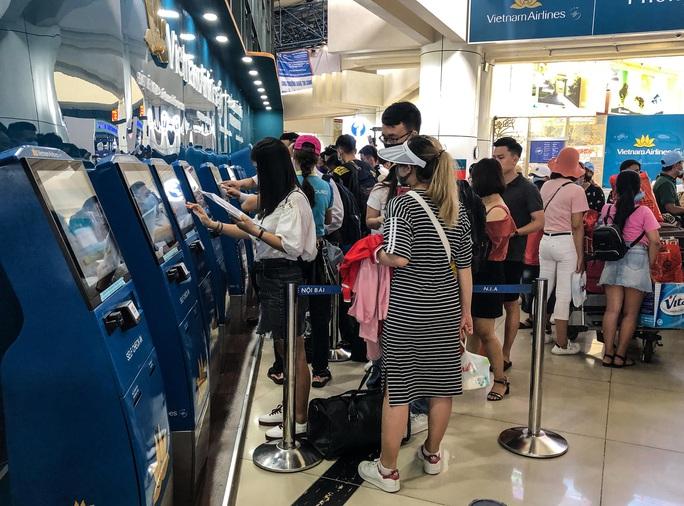 CLIP: Hành khách đông nghẹt, vật vờ chờ  đợi ở sân bay Nội Bài trong mùa du lịch - Ảnh 8.