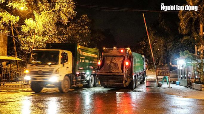 CLIP: Xe chở rác hoạt động xuyên màn đêm để giải cứu Hà Nội khỏi ùn ứ rác thải - Ảnh 7.