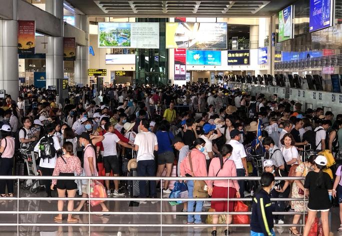 CLIP: Hành khách đông nghẹt, vật vờ chờ  đợi ở sân bay Nội Bài trong mùa du lịch - Ảnh 9.