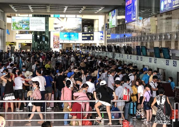 CLIP: Hành khách đông nghẹt, vật vờ chờ  đợi ở sân bay Nội Bài trong mùa du lịch - Ảnh 10.