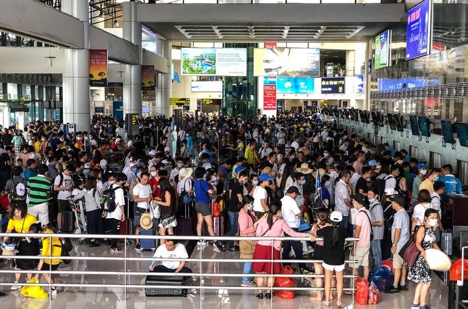 CLIP: Hành khách đông nghẹt, vật vờ chờ  đợi ở sân bay Nội Bài trong mùa du lịch - Ảnh 11.