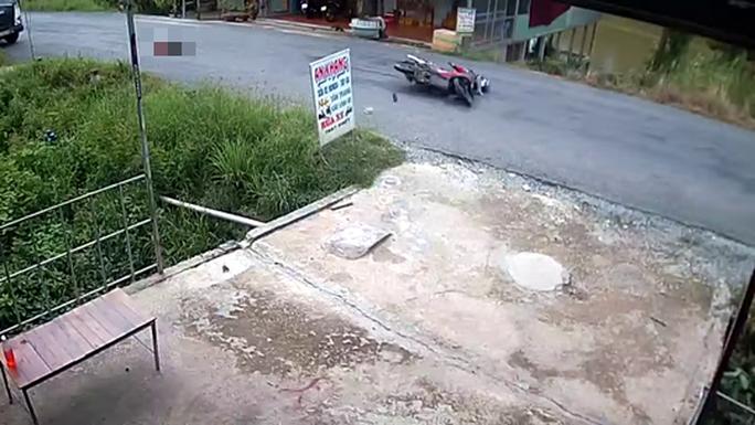 CLIP: Bé gái bị xe máy tông vì băng qua đường như tia chớp - Ảnh 3.