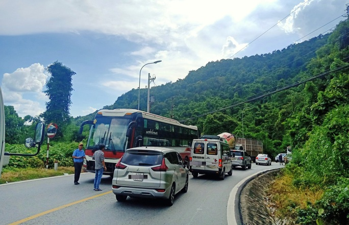 CLIP: Du khách từ Đà Lạt ùn ùn trở về, đèo Bảo Lộc lại kẹt cứng nhiều giờ - Ảnh 7.