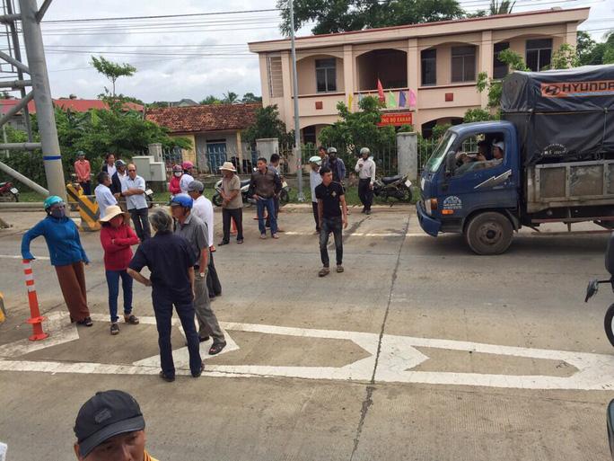 Người dân vây trạm thu phí BOT, ngăn không cho xe cộ qua lại - Ảnh 2.