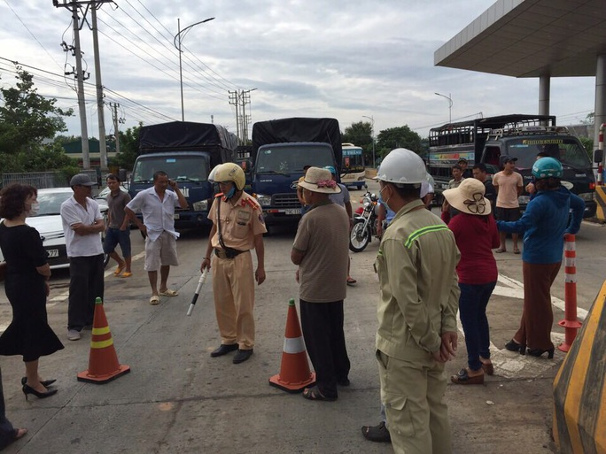 Người dân vây trạm thu phí BOT, ngăn không cho xe cộ qua lại - Ảnh 4.