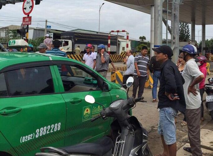 Người dân vây trạm thu phí BOT, ngăn không cho xe cộ qua lại - Ảnh 1.