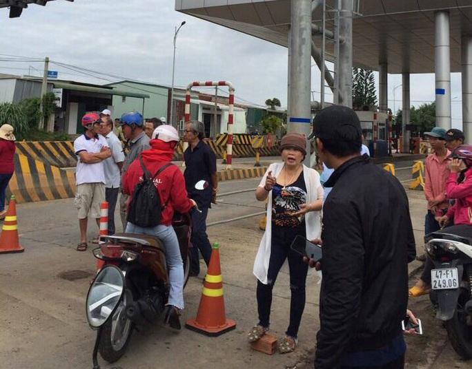 Người dân vây trạm thu phí BOT, ngăn không cho xe cộ qua lại - Ảnh 3.