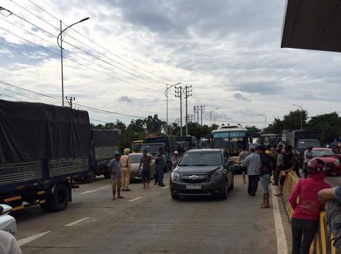 Người dân vây trạm thu phí BOT, ngăn không cho xe cộ qua lại - Ảnh 5.