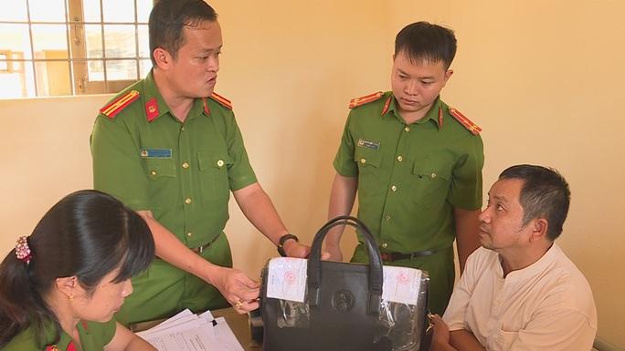 Vụ Thanh tra Sở Nội vụ nhận hối lộ: Thanh tra viên bị quay clip trong khách sạn - Ảnh 2.