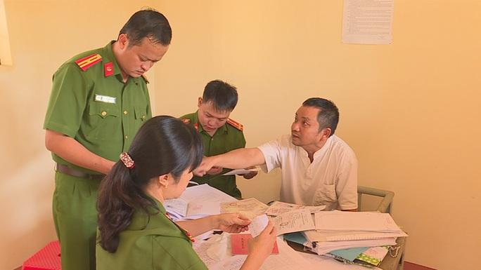 Vụ Thanh tra Sở Nội vụ nhận hối lộ: Thanh tra viên bị quay clip trong khách sạn - Ảnh 3.