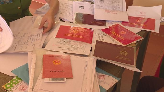 Vụ Thanh tra Sở Nội vụ nhận hối lộ: Thanh tra viên bị quay clip trong khách sạn - Ảnh 4.