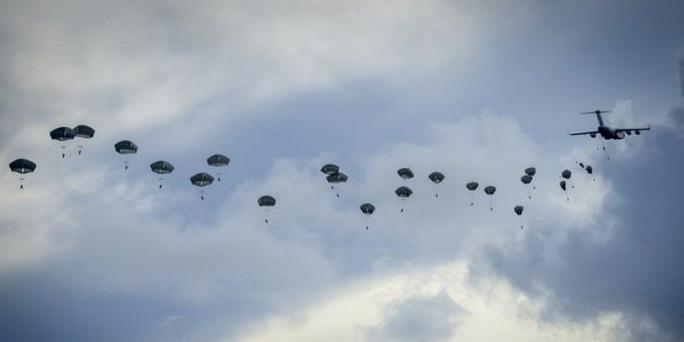 Lính dù Mỹ ồ ạt tập trận đánh chiếm đảo ở Thái Bình Dương - Ảnh 1.