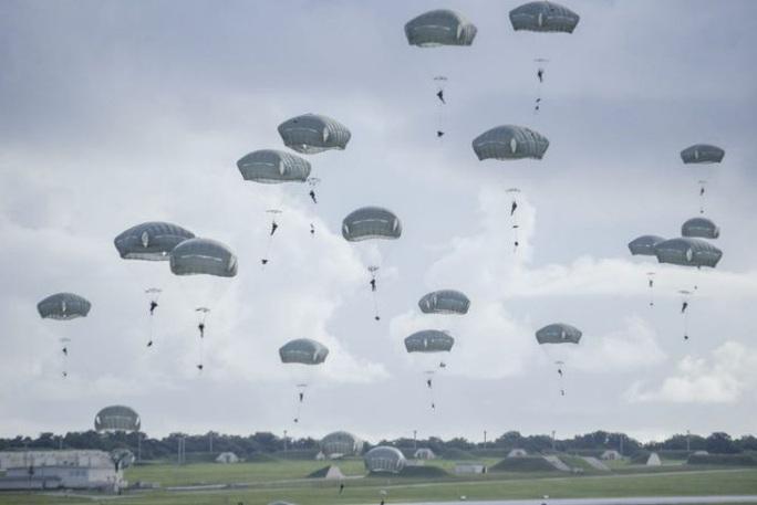 Lính dù Mỹ ồ ạt tập trận đánh chiếm đảo ở Thái Bình Dương - Ảnh 2.