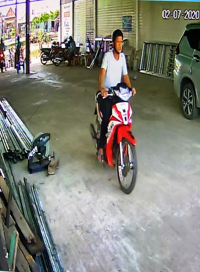 CLIP: Kẻ trộm ngang nhiên chạy xe vào bến đò cuỗm máy cắt sắt - Ảnh 2.