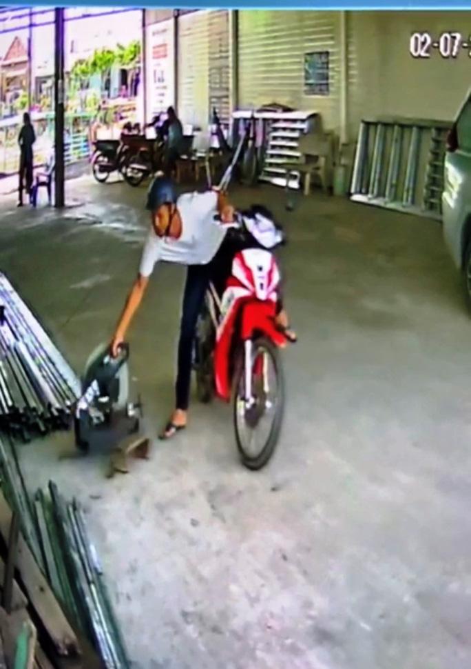 CLIP: Kẻ trộm ngang nhiên chạy xe vào bến đò cuỗm máy cắt sắt - Ảnh 5.