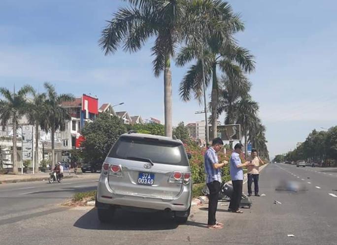Xe biển xanh của UBKT Tỉnh ủy va chạm xe máy điện, cô gái trẻ nhập viện cấp cứu - Ảnh 1.