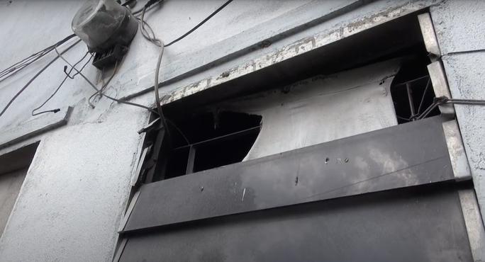 TP HCM: Vợ phóng hỏa đốt phòng trọ, chồng và con bị phỏng - Ảnh 1.