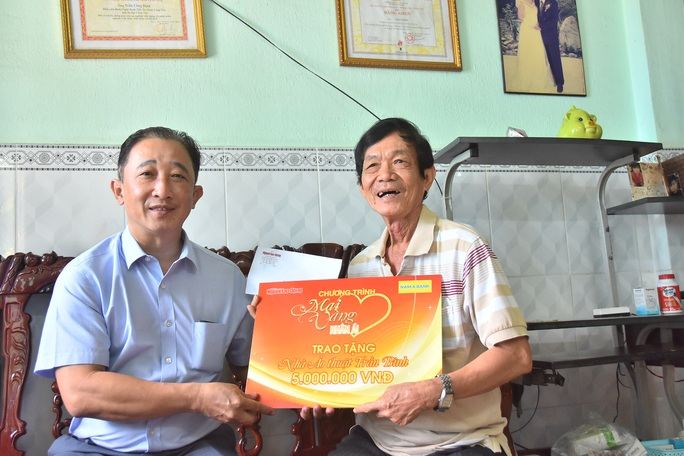 Mai Vàng nhân ái đến thăm nghệ sĩ Mai Trần và ảo thuật gia Trần Bình - Ảnh 2.