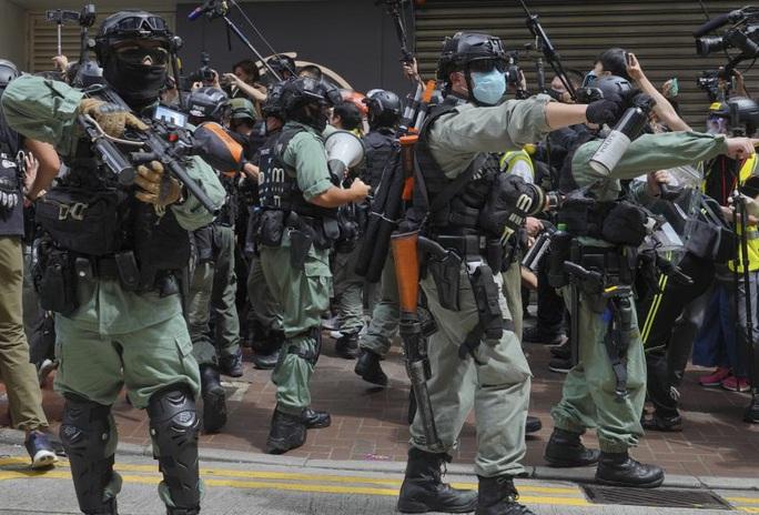 Ngày đầu thực thi luật an ninh Hồng Kông: 370 người bị bắt - Ảnh 1.