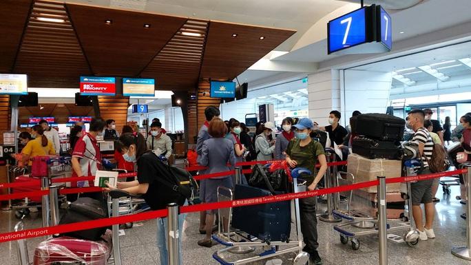 Tân Sơn Nhất đón hơn 300 người Việt từ Đài Loan - Ảnh 1.