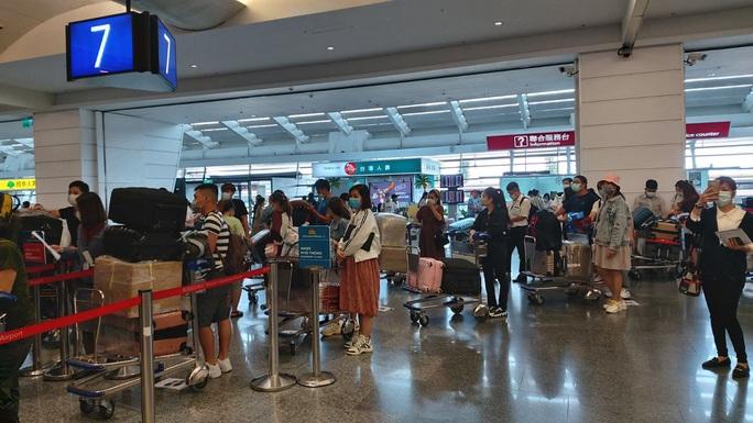 Tân Sơn Nhất đón hơn 300 người Việt từ Đài Loan - Ảnh 2.