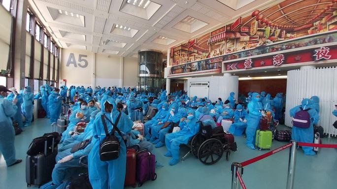 Tân Sơn Nhất đón hơn 300 người Việt từ Đài Loan - Ảnh 4.