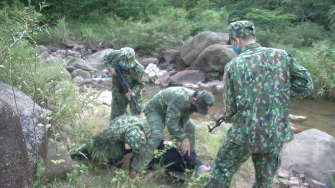 Bộ đội biên phòng đánh án giữa rừng, bắt người Lào vận chuyển 8.000 viên ma túy qua biên giới - Ảnh 2.