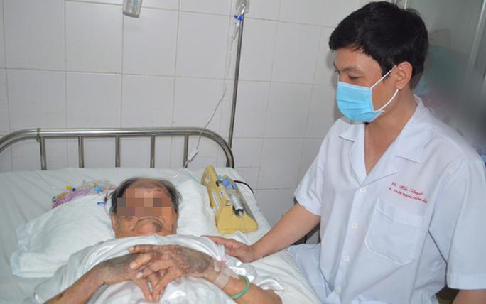 Sau 1 giờ, các bác sĩ giúp cụ bà 94 tuổi té gãy xương đùi được bình phục - Ảnh 2.