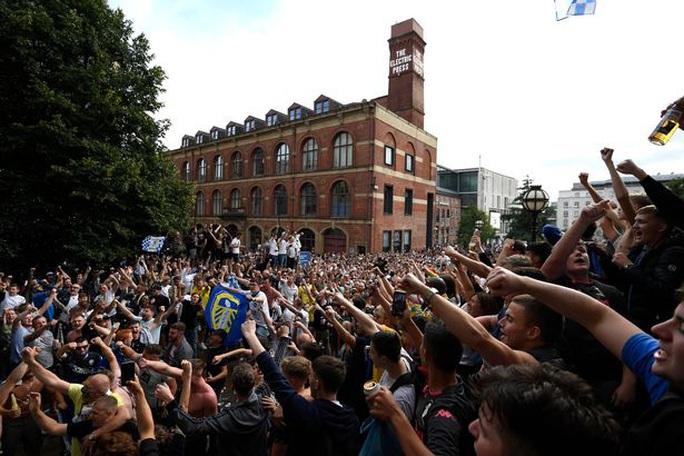 """""""Quẩy"""" xuyên đêm, nhiều CĐV Leeds United bị bắt giữ - Ảnh 1."""
