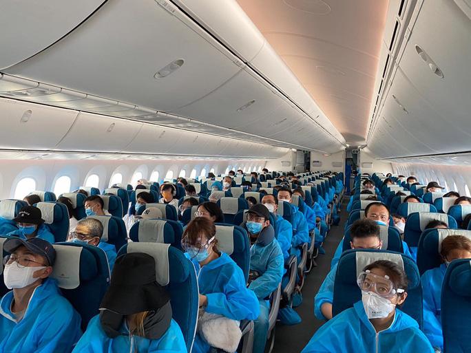 Vietnam Airlines bay chuyến chở khách đầu tiên đến Trung Quốc sau dịch - Ảnh 1.