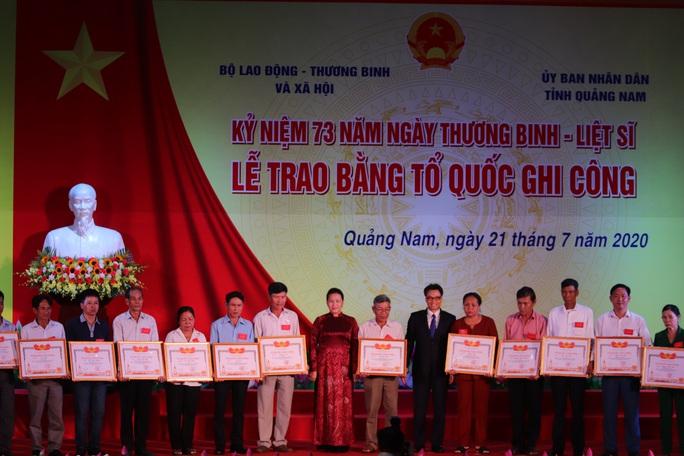 Chủ tịch Quốc hội trao bằng Tổ quốc ghi công cho thân nhân liệt sĩ - Ảnh 1.