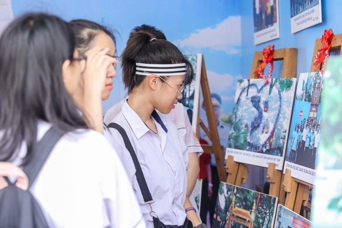 Trưng bày 300 bức ảnh về công cuộc xây dựng, bảo vệ chủ quyền biển, đảo Việt Nam - Ảnh 4.